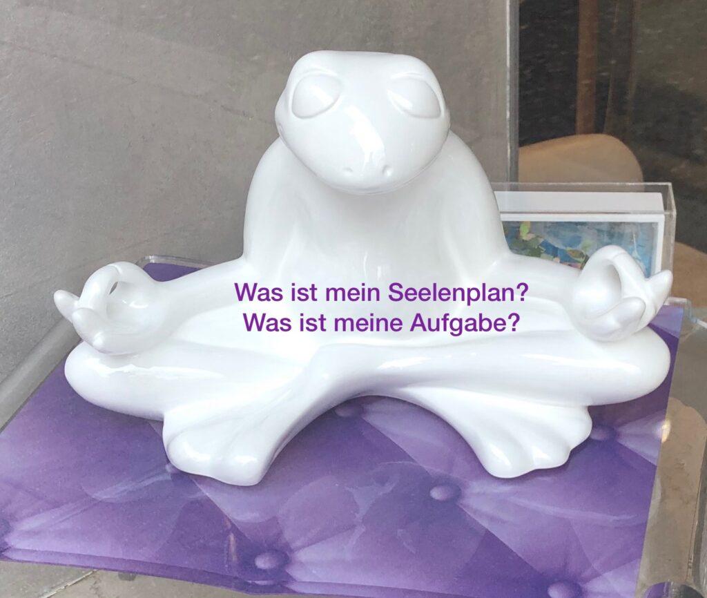 Weisser Keramik Frosch in meditativer Haltung.  WAs ist mein Seelenplan. Was ist meine Aufgabe