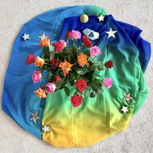 Rosen auf farbigem Tuch
